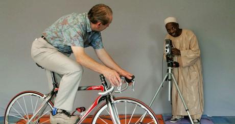 Malick Sidibé photographie l'ancien champion cycliste Damien Salmon, le 12 juillet 2006 à Plouha. Crédit photo: André Durand/AFP