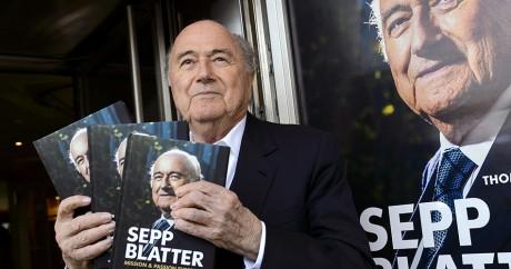Sepp Blatter fait la promotion de son livre le 21 avril 2016. Crédit photo: FABRICE COFFRINI / AFP