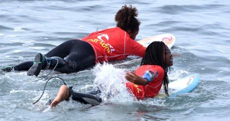 De jeunes surfeuses à la plage des Almadie au Sénégal, le 23 mai 2015. Crédit photo: SEYLLOU / AFP