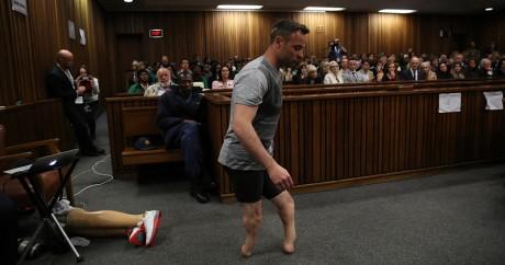 Oscar Pistorius marche sans ses prothèses au tribunal de Pretoria, le 15 juin 2016. SIPHIWE SIBEKO / AFP