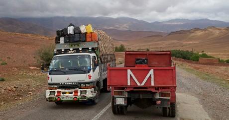 Deux camions sur la route au Maroc. Crédit photo: mhobl via Flickr. CC BY-ND