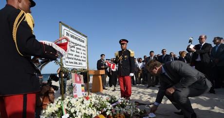 Le sous-secrétaire d'Etat britannique du Foreign Office, Tobias Ellwood, pose une gerbe sur la plage de Sousse, le 26 juin. AFP