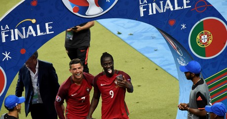 Eder (à droite) se prend en selfie en compagnie de Cristiano Ronaldo, après avoir remporté l'Euro 2016. MIGUEL MEDINA / AFP