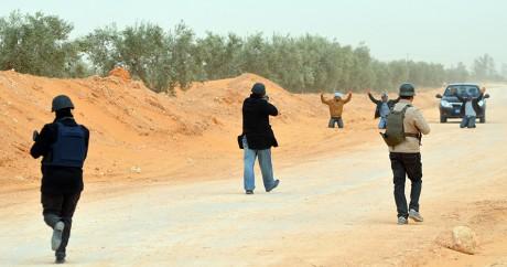 Des forces de sécurité tunisiennes contrôlent un véhicule à proximité de la frontière libyenne, le 10 mars 2016. FATHI NASRI/AFP