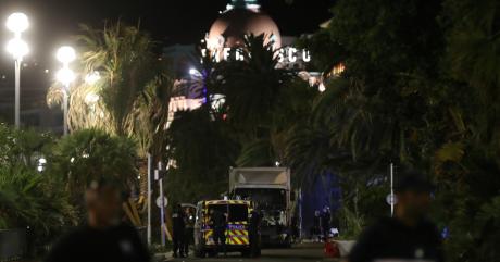 Le camion qui a foncé sur la foule à Nice, jeudi 14 juillet. VALERY HACHE / AFP