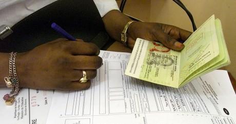 Une Sénégalaise remplit une demande de visa au consultat de France à Dakar, en 2003. SEYLLOU DIALLO / AFP