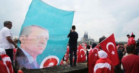 Le portrait du président Erdogan lors d'une manifestation de soutien après l'échec du coup d'État. Oliver Berg / DPA / AFP
