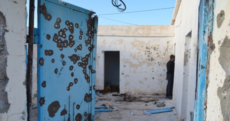 Une maison criblée de balles, le 9 mars 2016 à Bennriri à proximité de la frontière libyenne. FATHI NASRI / AFP