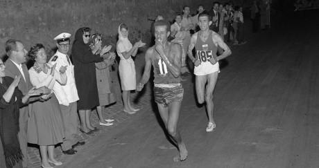 Le marathonien Abebe Bikila dépasse le Marocain Radi et file vers une première médaille d'or africaine. EPU / AFP