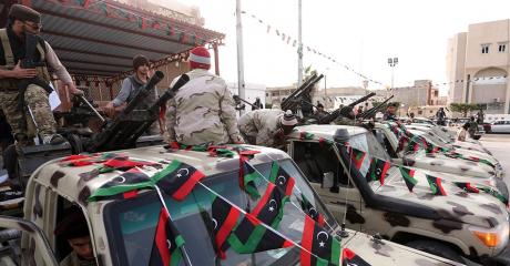 Des combattants de la brigade Fajr Libya célèbrent une victoire contre Daech à Sabratha, le 28 février 2016. MAHMUD TURKIA / AFP