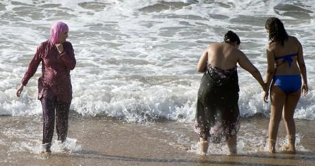 Une Marocaine voilée sort de l'eau sur la plage de Oued Charrat près de Rabat. FADEL SENNA / AFP