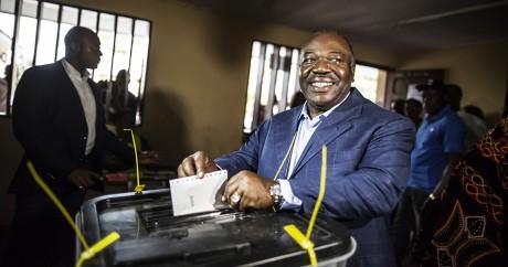 Ali Bongo dépose son bulletin dans l'urne, samedi 27 août. MARCO LONGARI / AFP