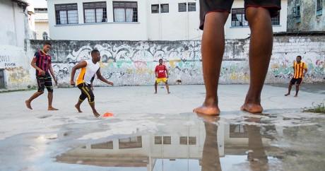 Des jeunes jouent au football sur l'ïle de Zanzibar, en Tanzanie, le 18 mars 2016. DANIEL HAYDUK / AFP