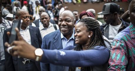 Ali Bongo fait un selfie avec une fan à Libreville, le 27 août 2016. MARCO LONGARI / AFP