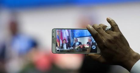Un journaliste filme le ministre nigérian du Pétrole lors d'un sommet de l'OPEP, le 4 décembre 2015 à Vienne. JOE KLAMAR / AFP
