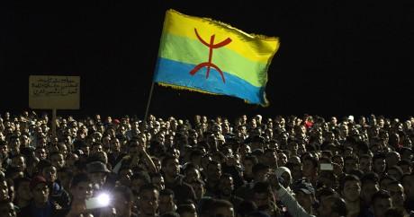 Des manifestants brandissent le drapeau berbère dans les rues d'Al-Hoceima, le 30 octobre. FADEL SENNA / AFP