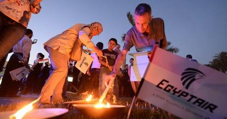 Des Egyptiens allument des bougies en l'hommage des victimes du crash, le 26 mai 2016 au Caire. KHALED DESOUKI / AFP
