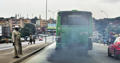 Un bus crache de la fumée noirée à Abidjan, le 6 septembre 2016. ISSOUF SANOGO / AFP