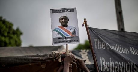 Une pancarte à l'effigie d'Adama Barrow, nouveau président de la Gambie. MARCO LONGARI / AFP