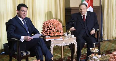 Le président algérien Bouteflika (à droite) lors d'une rencontre avec le Premier ministre français, Manuel Valls. AFP/FEFERBERG