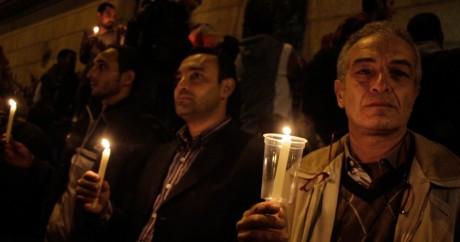 Des coptes prient pour les victimes d'un attentat à la bombe, le 11 décembre 2016 au Caire. SUHAIL SALEH / AFP