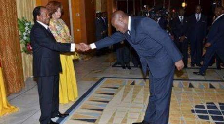 La poignée de main très révérencieuse du ministre des Sports au président Paul Biya. DR
