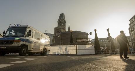 Un policier surveille la place du marché de Noël à Berlin, le 21 décembre 2016. CLEMENS BILAN / AFP