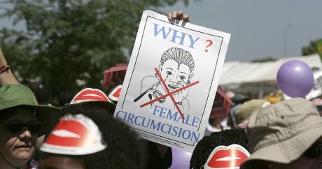 Une manifestation contre l'excision au Kenya en 2008. MARCO LONGARI / AFP