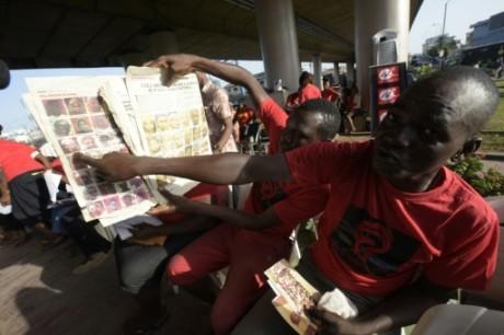 Un homme montre la photo de sa nièce enlevée à Chibok il y a deux ans. Crédit photo: AFP/Pius Utomi Ekpei