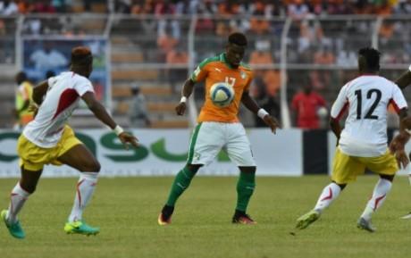 Serge Aurier sous le maillot de la Côte d'Ivoire face au Mali de Moussa Doumbia, le 8 octobre 2016. AFP/ISSOUF SANOGO