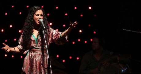 La chanteuse tunisienne Emel Mathlouthi sur scène à Bagdad, le 3 juillet 2012. AHMAD AL-RUBAYE / AFP