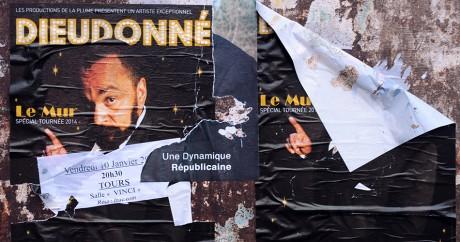 Une affiche pour le spectacle de Dieudonné, le 10 janvier 2014 à Tours. GUILLAUME SOUVANT / AFP