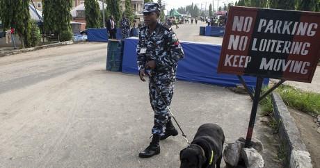 Un officier de sécurité devant un bureau de vote lors de l'élection présidentielle de mars 2015. FLORIAN PLAUCHEUR / AFP