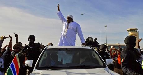 Le nouveau président gambien Adama Barrow à l'aéroport de Banjul, le 26 janvier 2017. CARL DE SOUZA / AFP