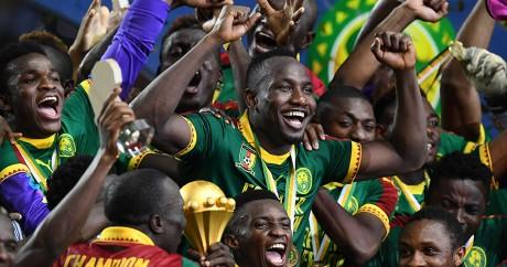 Les joueurs camerounais célèbrent leur titre face à l'Egypte le 5 février 2017 à Libreville. GABRIEL BOUYS / AFP