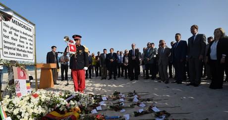 Une cérémonie en l'hommage des victimes sur la plage de Sousse, le 26 juin 2015. FETHI BELAID / AFP