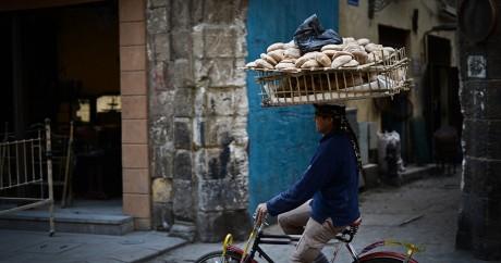 Un vendeur de pain au Caire le 20 février 2015. MOHAMED EL-SHAHED / AFP