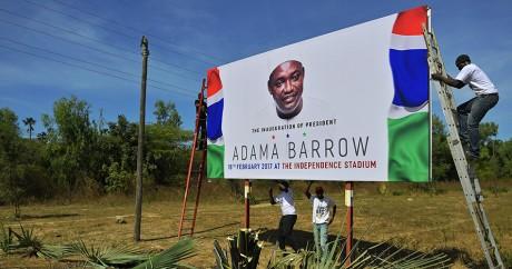 Une affiche à l'effigie du nouveau président gambien Adama Barrow. CARL DE SOUZA / AFP