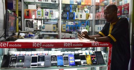 Une boutique d'abonnement téléphonique à Abidjan, le 30 septembre 2016. ISSOUF SANOGO / AFP