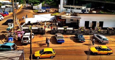 Un quartier de Yaoundé, capitale du Cameroun. Crédit photo: Daniel KAMENI via Flickr. CC BY-SA