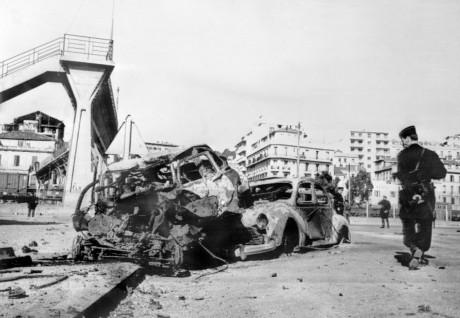 Une carcasse de voiture après un attentat à Alger le 2 mai 1962. Fernand Parizot / AFP