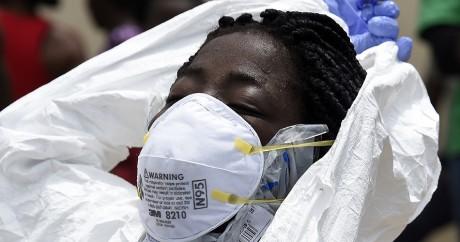 Une médecin de la Croix rouge le 4 octobre 2014 à Monrovia, en pleine crise du virus Ebola. PASCAL GUYOT / AFP