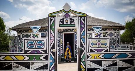 L'artiste sud-africain Esther Mahlangu chez lui à Mabhoko, le 6 mars 2017. GULSHAN KHAN / AFP