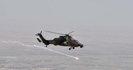 Un hélicoptère de l'armée française survole Gao, le 19 juin 2017 au Mali. CHRISTOPHE PETIT TESSON / POOL / AFP