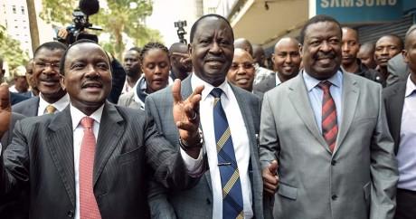 L'opposant Raila Odinga (au centre) arrive à la Cour suprême le 1er septembre 2017. SIMON MAINA / AFP