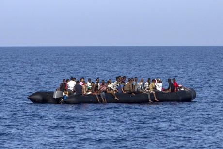 Des réfugiés recueillis par des gardes-côtés italiens au large de la Libye, le 6 août 2017. ANGELOS TZORTZINIS / AFP