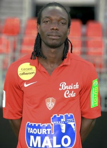 Moïse Brou Apanga, alors défenseur du Stade Brestois, le 30 août 2012 à Brest AFP/Archives FRED TANNEAU