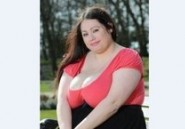 Avec sa poitrine qui pèse 30 kg, elle étouffe son copain au cours…