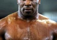 Mike Tyson : il fait le buzz avec un faux pénis !