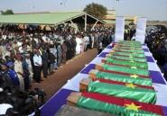 Des Burkinabè accueillent les cercueils des victimes du crash d'Air Algérie